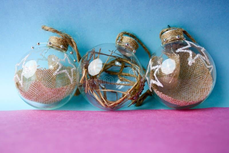 As três de ano novo improvisado vintage do moderno elegante transparente de vidro pequeno do círculo bolas festivas bonitas decor imagem de stock