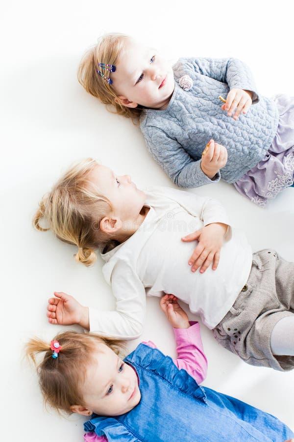 As três irmãs mais nova felizes imagens de stock royalty free
