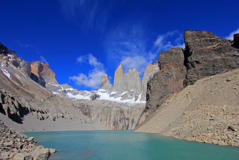 As três torres no parque nacional de Torres del Paine, Patagonia, o Chile fotografia de stock