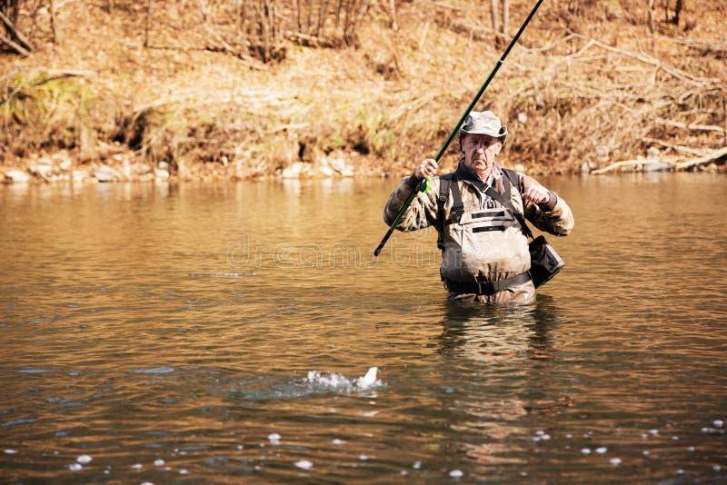 Download As Trações Afortunadas Do Pescador Travaram O Timalo Imagem de Stock - Imagem de paisagem, outdoor: 80100785