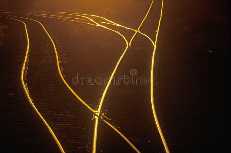 As trilhas de estrada de ferro brilham no por do sol no Saint Louis do leste, Missouri fotografia de stock
