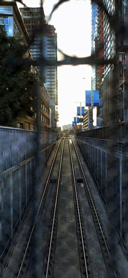 As trilhas do subterrâneo principal do sistema ferroviário leve do nível da rua imagens de stock
