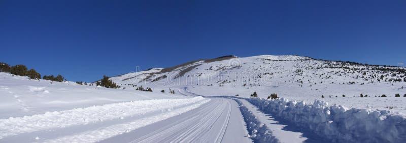 As trilhas na neve cobriram a estrada fotos de stock
