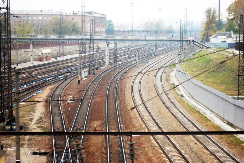 As trilhas Railway e a cidade de Kharkiv ajardinam no horizonte, vista superior da ponte perto da estação de trem do sul imagem de stock
