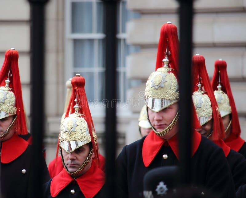 As trompetistas do protetor real preparam-se para marchar durante a mudança tradicional da cerimônia dos protetores no Buckingham fotos de stock royalty free