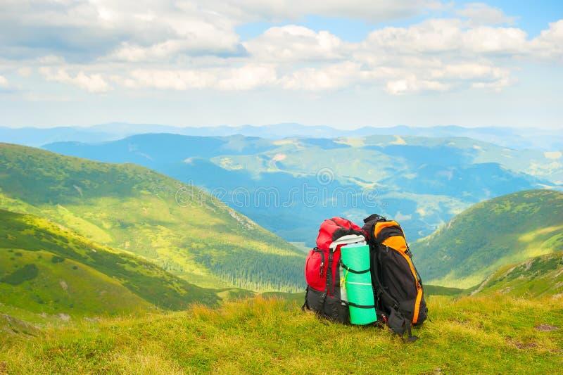 As trouxas dos caminhantes, montanhas Carpathian ajardinam imagem de stock