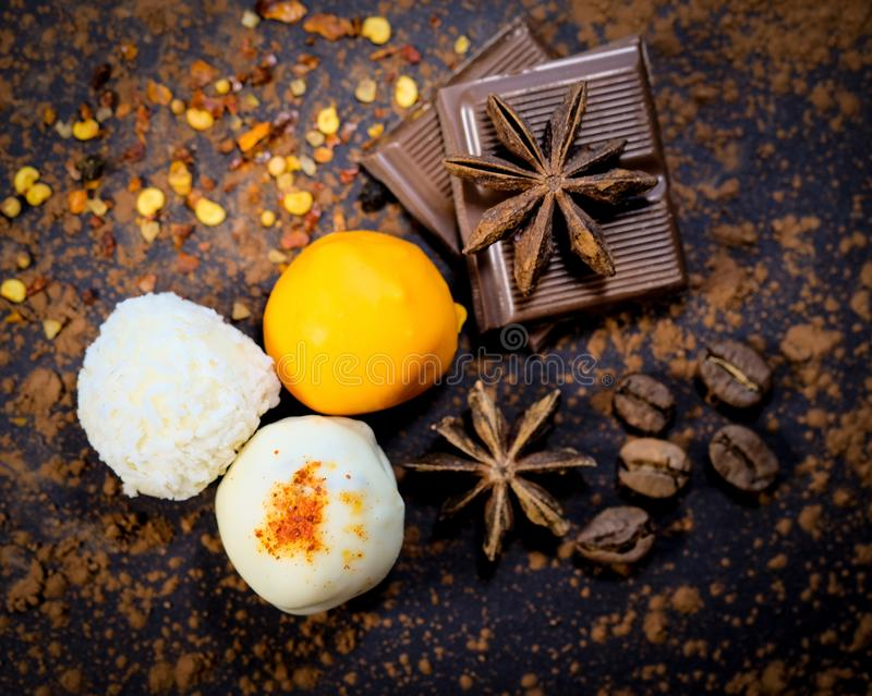 As trufas, chocolate, anis stars, feijões de café imagens de stock
