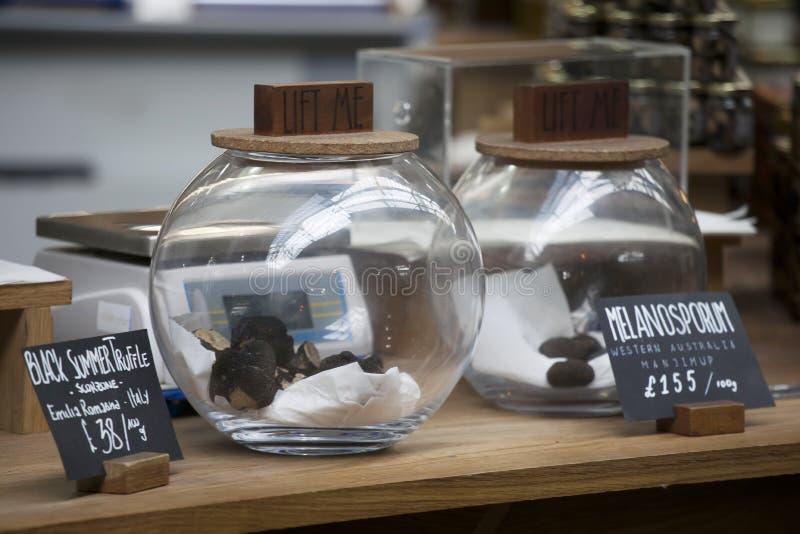 As trufas pretas em preservar o frasco fotografia de stock