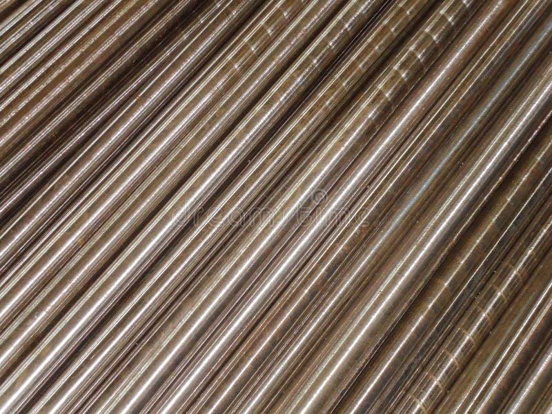 As tubulações de aço e as hastes colocaram a paralela à diagonal Fundo abstrato industrial foto de stock
