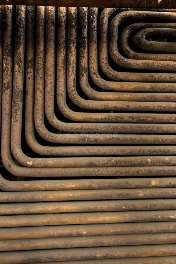 As tubulações velhas, sujas e oxidadas da caldeira molham imagens de stock