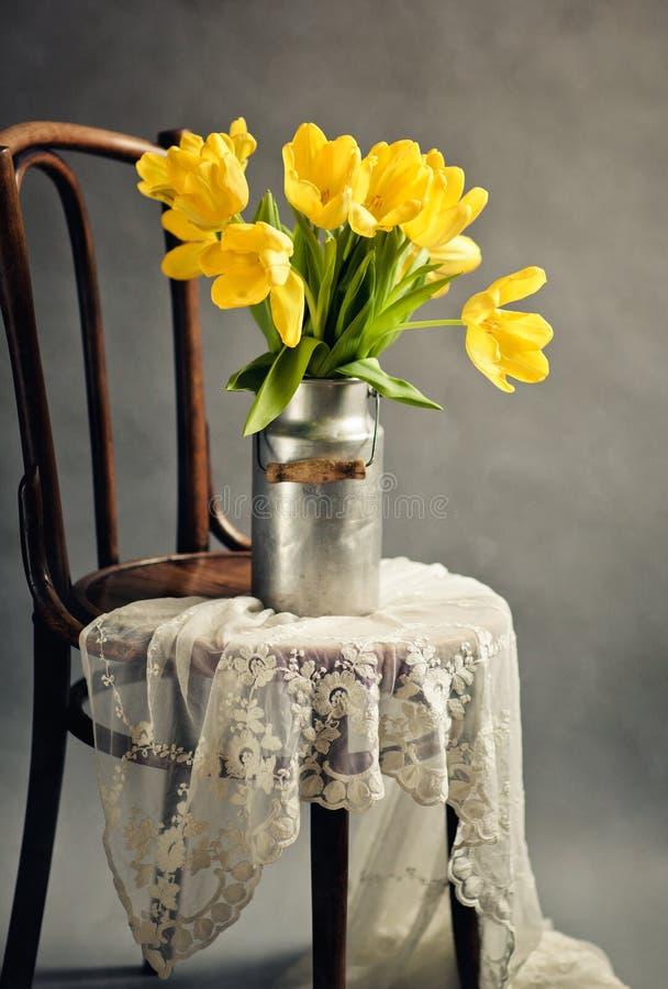 Ainda vida com tulipas amarelas imagens de stock royalty free