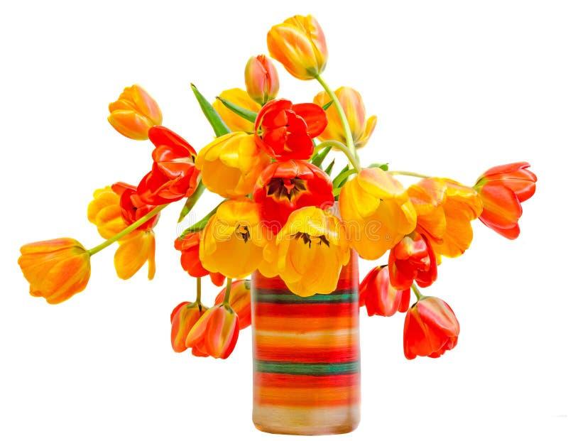 As tulipas vermelhas, amarelas e alaranjadas florescem no vaso rústico colorido, arranjo floral, fim acima, fundo isolado, branco fotos de stock royalty free