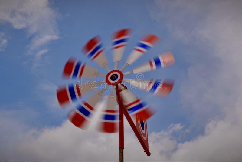 As turbinas e?licas s?o usadas para reconhecer a dire??o do vento imagens de stock royalty free