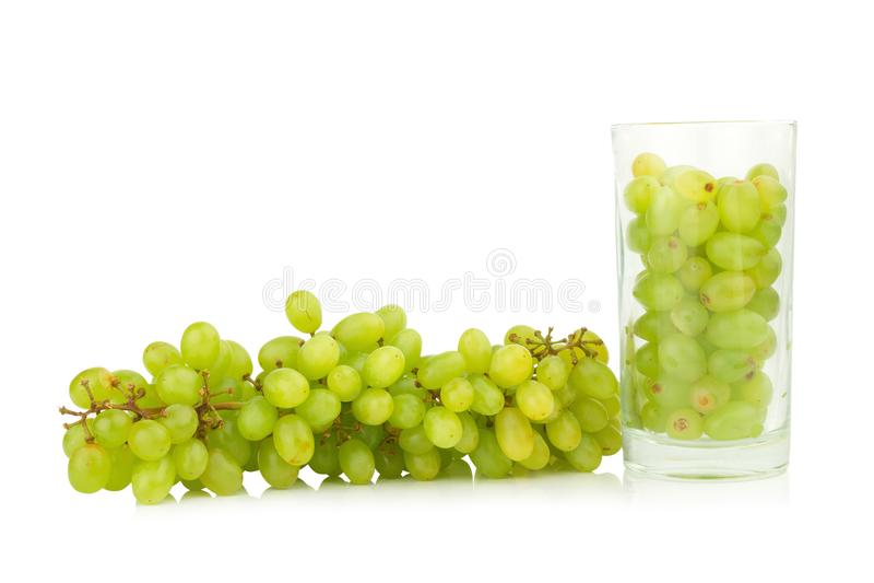 as uvas esverdeiam na água de vidro isolada no fundo branco imagem de stock royalty free