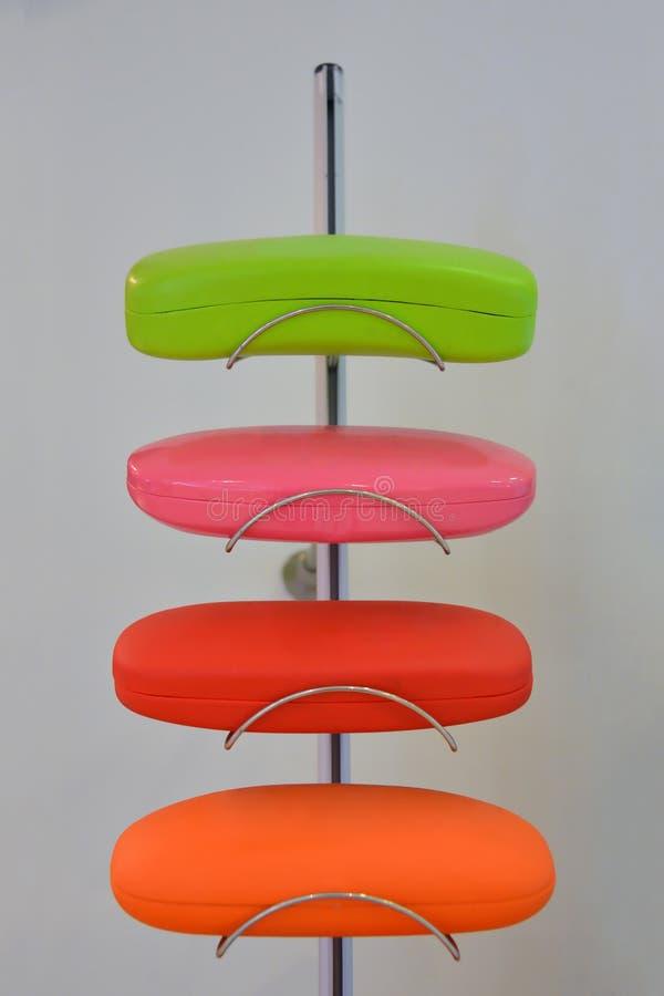 As várias cores eye caixas de vidros no suporte foto de stock