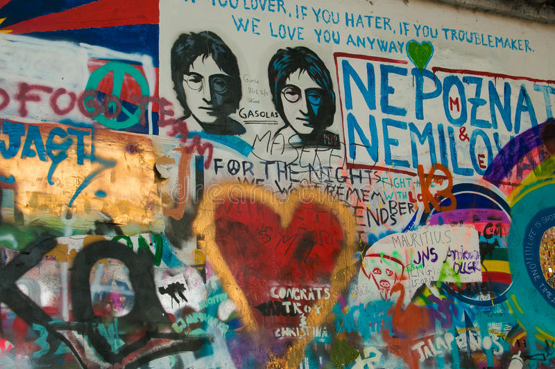 As várias imagens e mensagens de texto decoraram a parede de John Lennon em Praga imagens de stock
