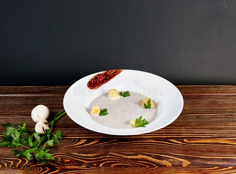 As varas da sopa e do grissini de cogumelo no vidro no fundo de madeira no estilo rústico fotografia de stock royalty free