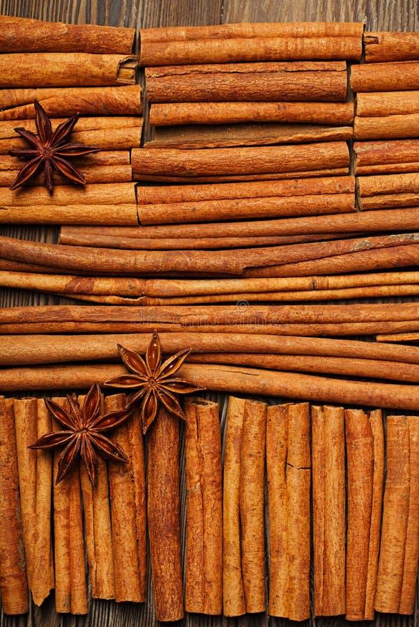 As varas e o anis de canela star no fundo de madeira foto de stock royalty free