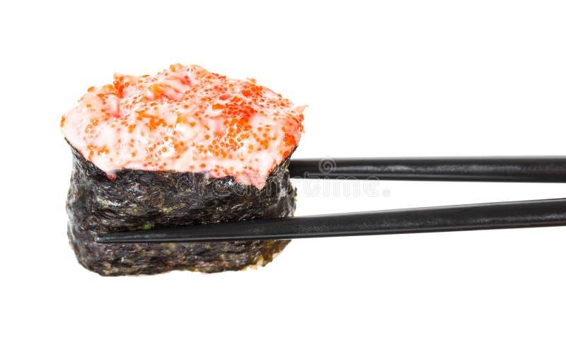 As varas mantêm o sushi gunkan com salmões e caviar imagem de stock royalty free