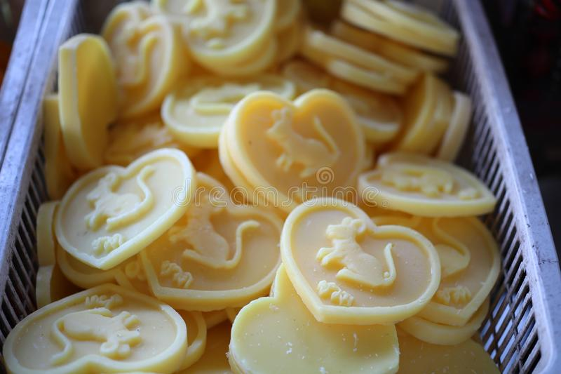 As velas amarelas, coração deram forma, Valentine& x27; coleção do dia de s imagens de stock