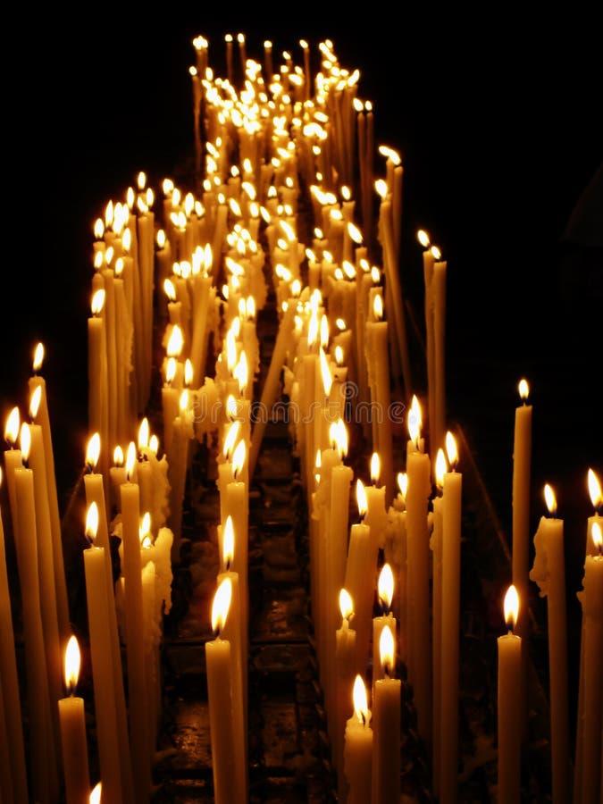 As velas brilhantes iluminaram-se acima no completamente escuro fotografia de stock