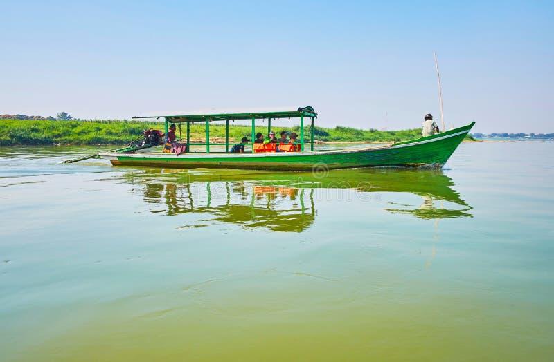 As velas da balsa através do rio de Myitnge, Ava imagens de stock royalty free
