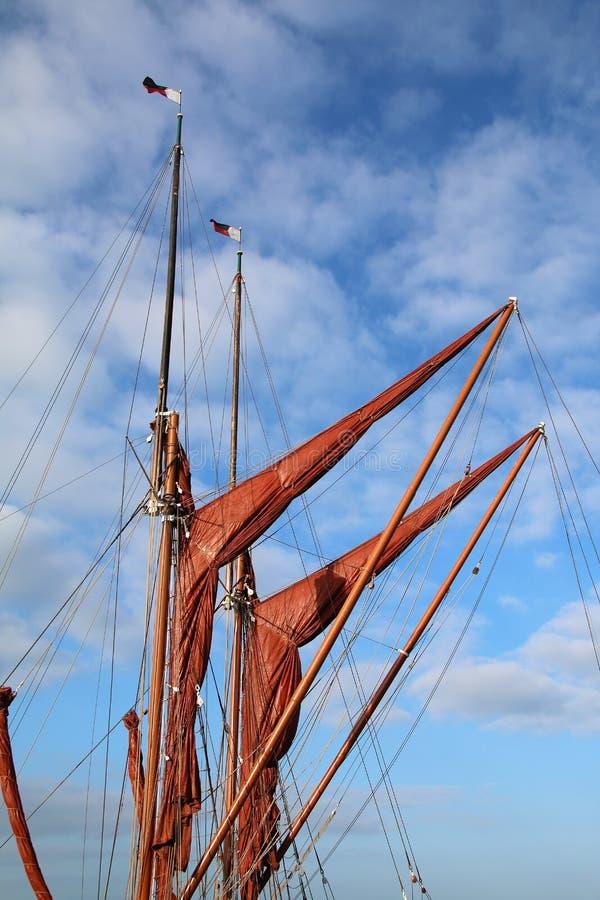As velas, os mastros e o equipamento em uma navigação de Tamisa barge o iate fotografia de stock