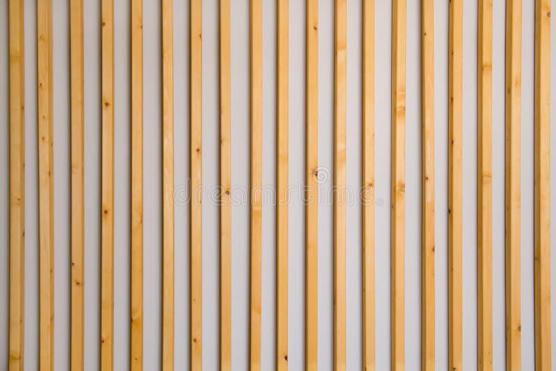 As venezianas verticais de madeira batten em uma luz - fundo cinzento da parede Detalhe interior, textura, fundo O conceito do mi fotos de stock