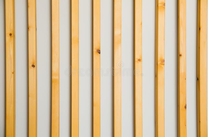 As venezianas verticais de madeira batten em uma luz - fundo cinzento da parede Detalhe interior, textura, fundo O conceito do mi foto de stock