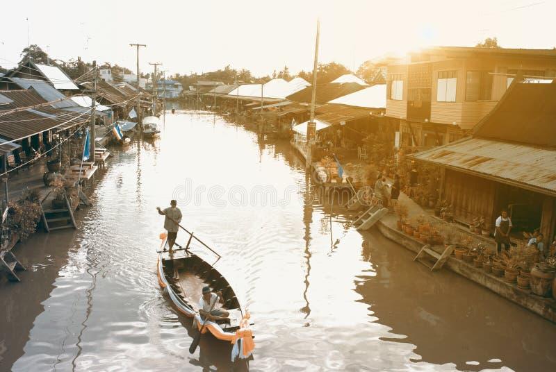 As viagens do barco de pá trazem turistas ao canal no campo de fotos de stock royalty free