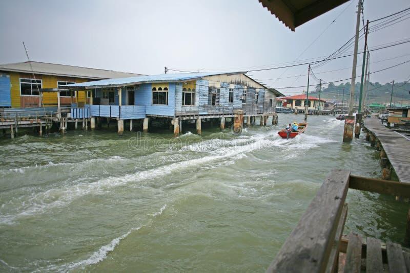 As vias navegáveis da cidade de flutuação do Kampong Ayer, Brunei Darussalam foto de stock
