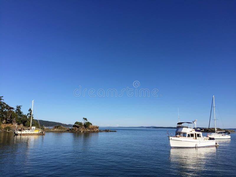 As vistas bonitas dos barcos ancorados fora da ilha de Portland imagens de stock