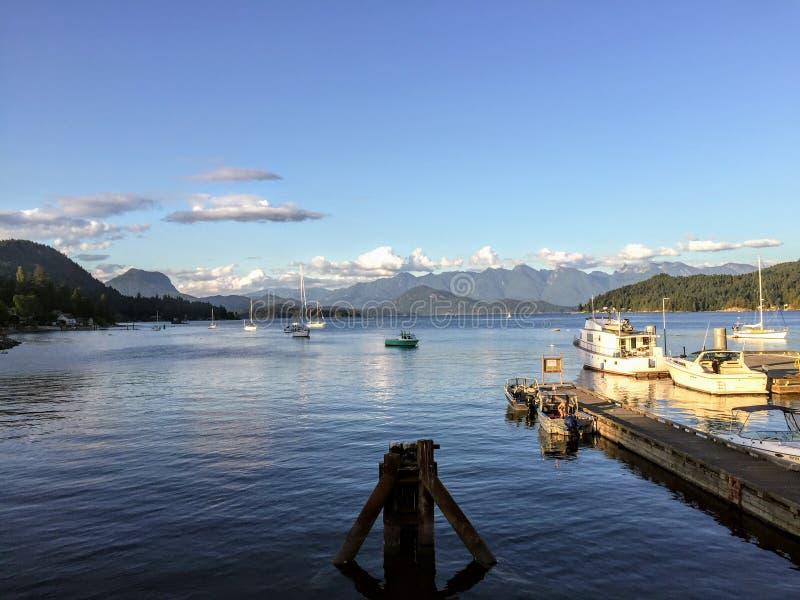 As vistas bonitas que olham para fora do porto em Gibsons imagem de stock royalty free