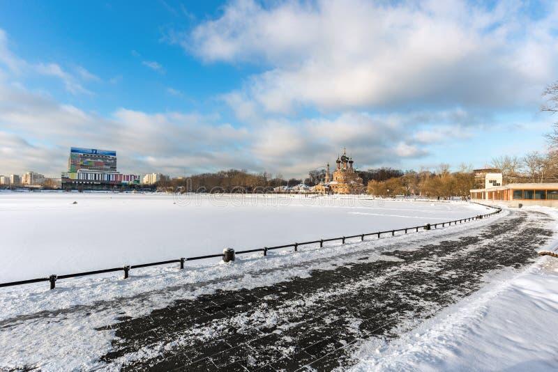 As vistas da igreja de trindade e da televisão centram-se em Ostankino, Moscou fotografia de stock