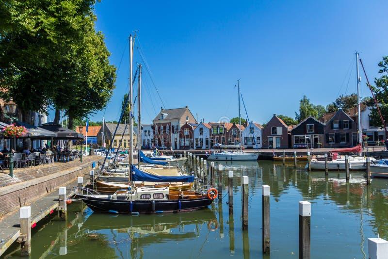 As vistas impressionantes sobre o iate holand?s hist?rico abrigam com as casas hist?ricas holandesas cl?ssicas e bike cavaleiros fotos de stock