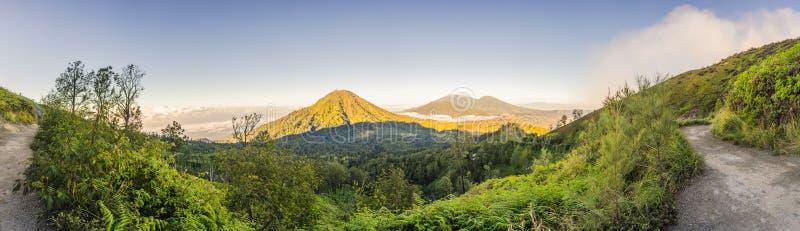 As vistas magníficas em montanhas verdes de uma estrada da montanha que trecking ao vulcão de Ijen ou ao Kawah Ijen no imagem de stock