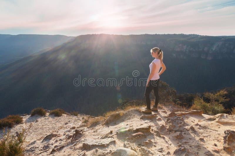 As vistas para milhas da elevação acima no penhasco cobrem fotografia de stock