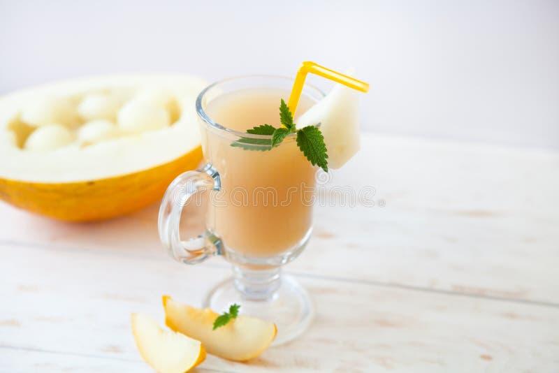 As vitaminas saudáveis do batido bebem com o melão da hortelã e do cantalupo foto de stock