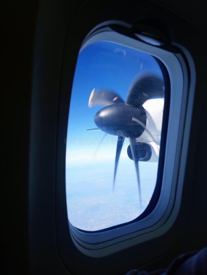 Asa da rotação para ver completamente as janelas do avião fotos de stock royalty free