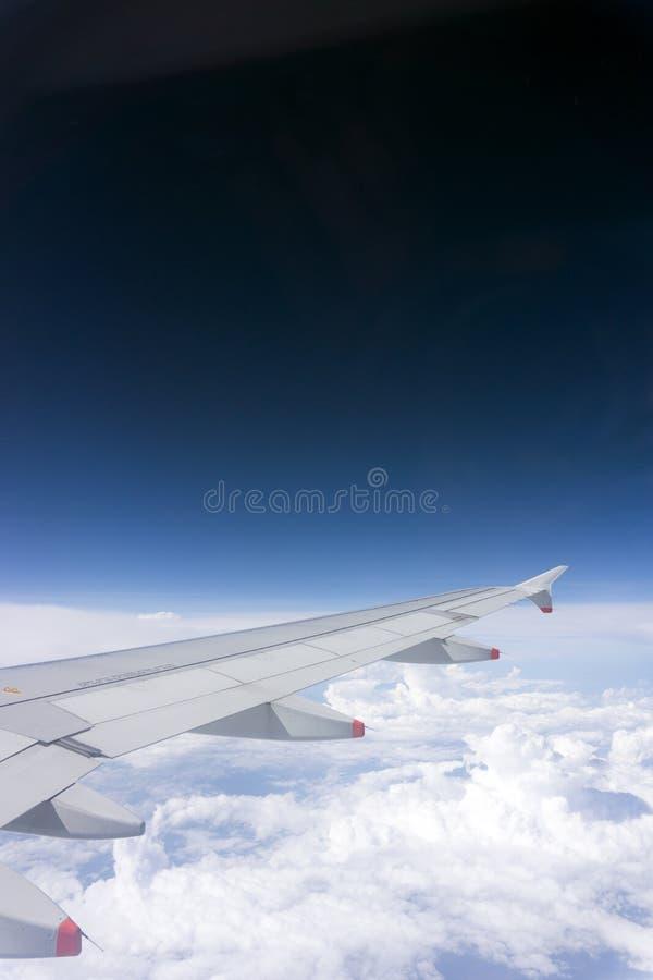 Asa de aviões no céu fotografia de stock royalty free