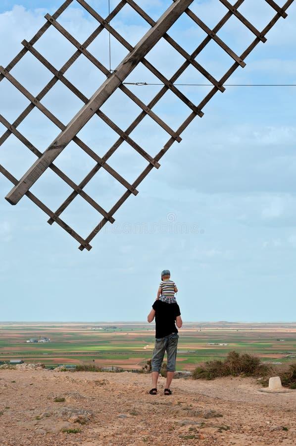 Asa de madeira do moinho de vento e da família velhos imagem de stock royalty free