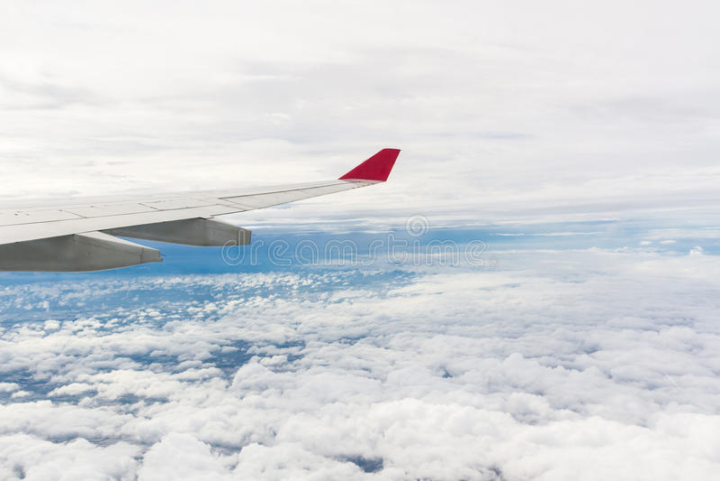 Asa de um voo do avião imagens de stock royalty free