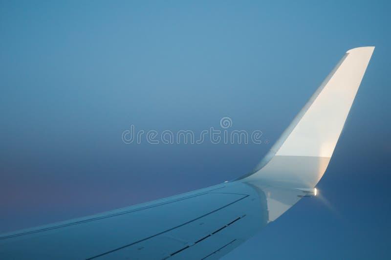 Asa do avião com céu fotografia de stock