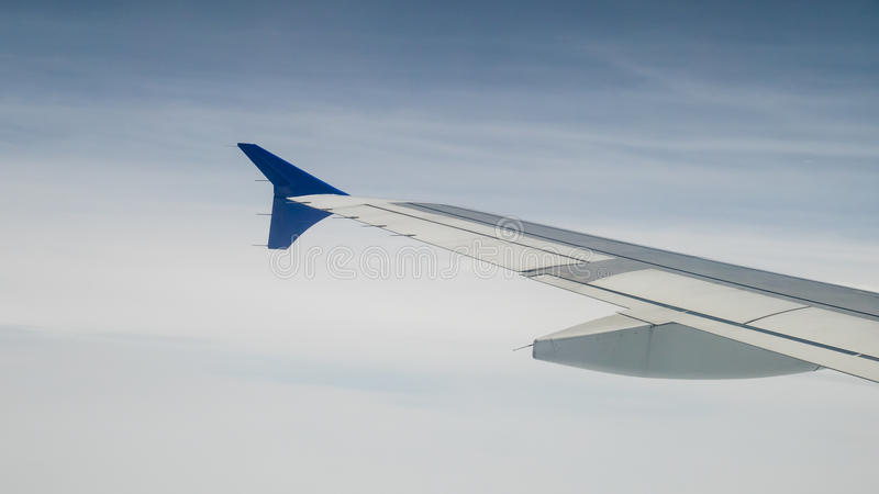 A asa do avião no céu imagens de stock royalty free