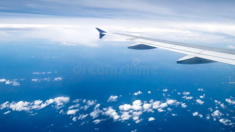 A asa do avião no céu imagens de stock