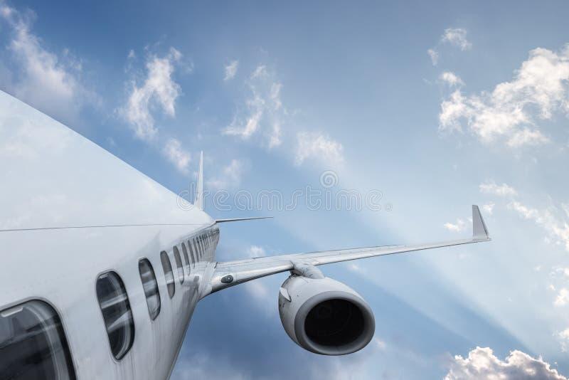 Asa do avião no céu dramático imagens de stock