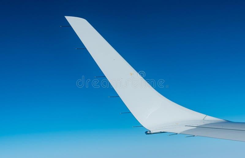 Asa do plano sobre as nuvens brancas Voo do avião no céu azul claro Vista c?nico da janela do avi?o Voo da linha a?rea comercial imagem de stock royalty free