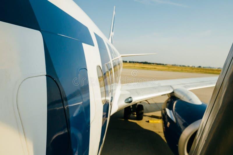 A asa e a fuselagem modernas de aviões de Tamrac peça a descolagem da aterrissagem fotos de stock