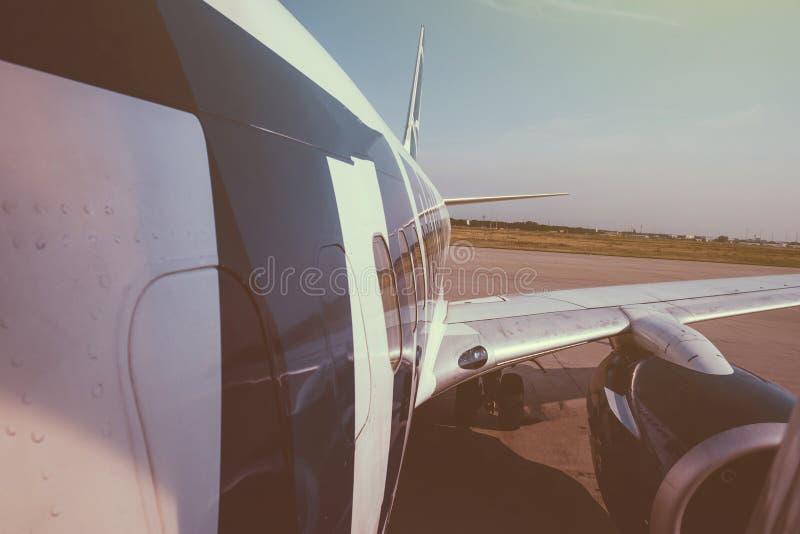 A asa e a fuselagem modernas de aviões peça a aterrissagem que descola de m imagens de stock royalty free