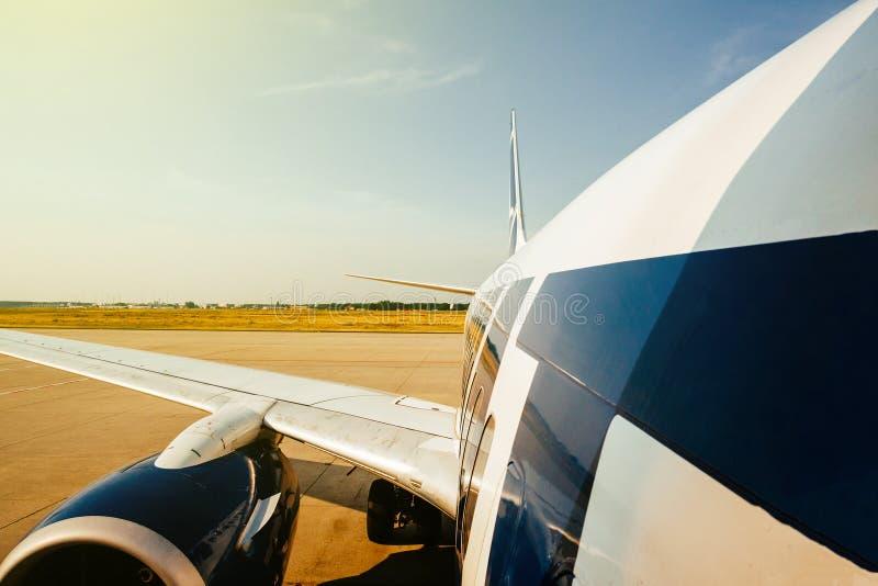 A asa e a fuselagem modernas de aviões peça a aterrissagem que descola de m fotografia de stock